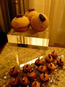 brioche au cœur crémeux de praliné de noix de pécan, accompagnée d'un crumble à la noix de pécan, noix de pécan caramélisées, gianduja pécan et chocolat au lait
