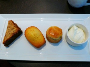 cake, madeleine, scone et crème épaisse
