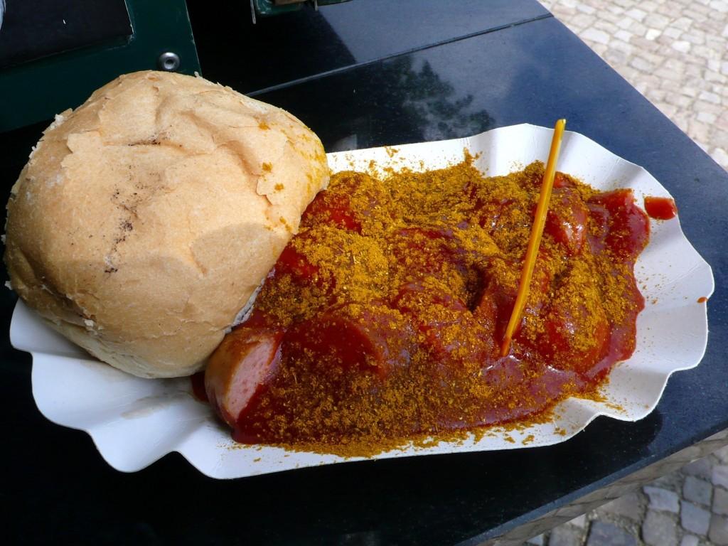 Un pain, une saucisse, de la sauce tomate saupoudrée de curry...